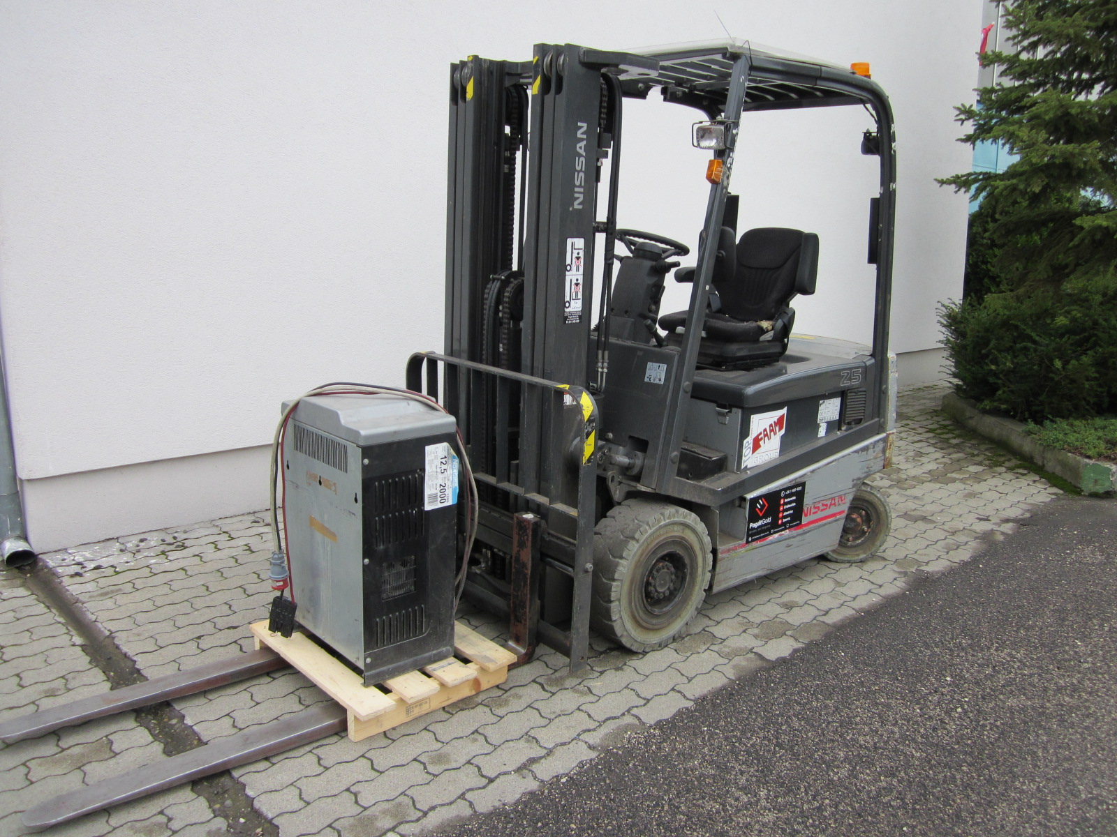 PE254705 Nissan QX2-25 targfonca