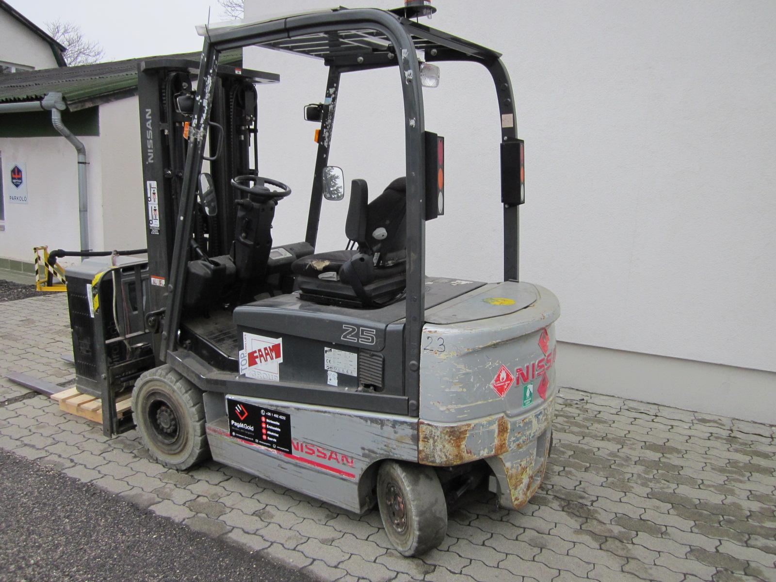 PE254705 Nissan QX2-25 targfonca 1